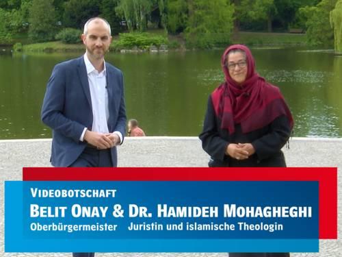 Screenshot eines Videos, in dem ein Mann und eine Frau vor einem Teich zu sehen sind.