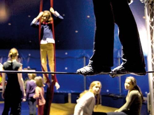 Kinder und Jugendliche proben im Zirkuszelt
