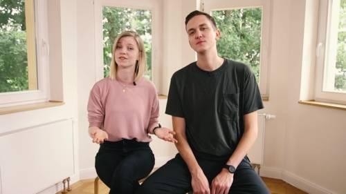 Eine Frau und ein Mann auf Stühlen