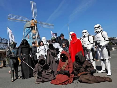 Menschen in Kostümen.
