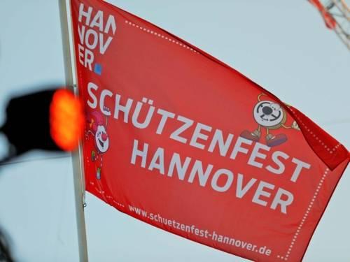 Eine rote Flagge mit den Daten des Schützenfestes.