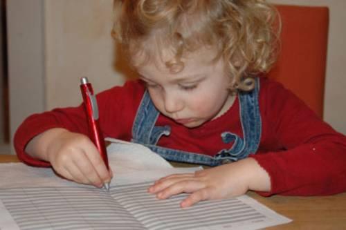 Kleines Mädchen beim Schreiben