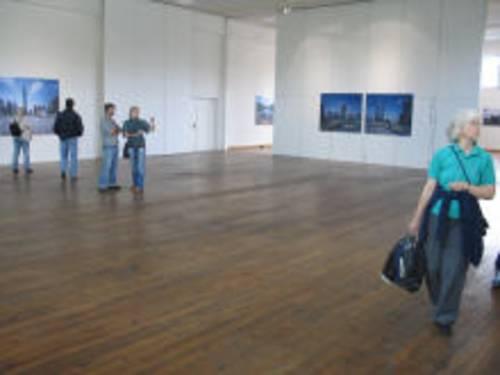 Großer Raum mit Bildern an den Wänden