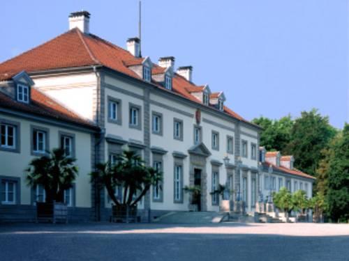 Das Deutsche Museum für Karikatur und Zeichenkunst, das in einem historischen Gebäude untergebracht ist, von außen.