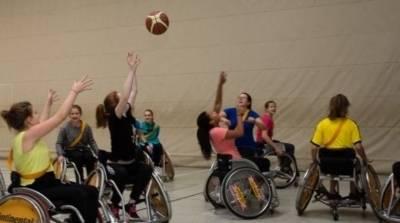 Kinder im Rollstuhl spielen Basketball