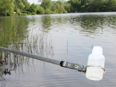 Flsche mit der eine Gewässerprobe entnommen wird