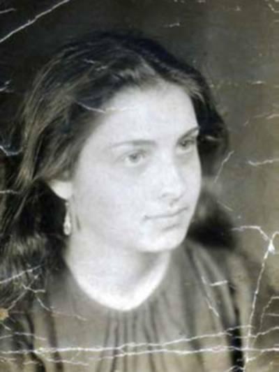 Alte Portraitaufnahme (schwarz-weiß) einer jungen Frau.