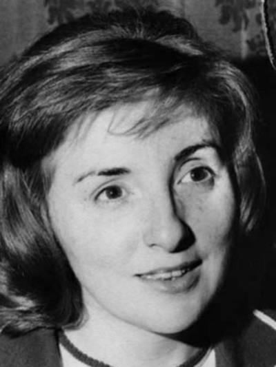 Eine alte Portraitaufnahme (schwarz-weiß) einer jungen Frau.