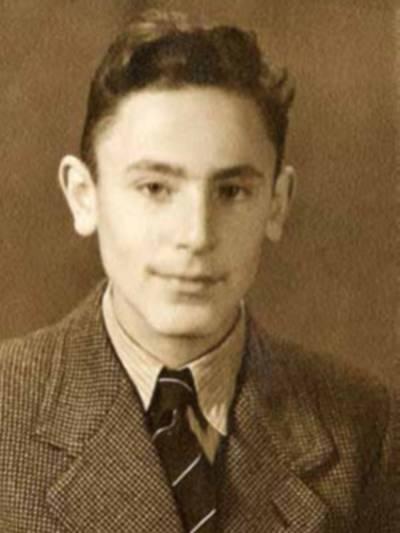 Alte Portraitaufnahme (schwarz-weiß) eines jungen Mannes im Anzug.