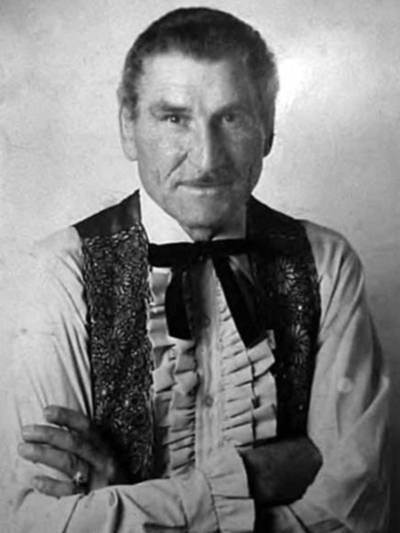 Alte Portraitaufnahme (schwarz-weiß) eines Mannes mit Oberlippenbart. Er trägt ein Hemd und darüber eine Weste.