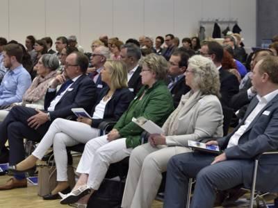 Menschen auf Stühlen, die einem Vortrag zuhören