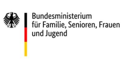 """Logo des Bundesministerium für Familie, Senioren, Frauen und Jugend (BMSFSJ): Links der Bundesadler, rechts daneben die Farben Schwarz, Rot und Goldgelb, rechts daneben über drei Zeilen die Worte """"Bundesministerium für Familie, Senioren, Frauen und Jugend""""."""