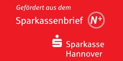"""Auf rotem Grund steht in weißer Schrift: """"Gefördert aus dem Sparkassenbrief N+"""" dazu das Logo der Sparkassen und """"Sparkasse Hannover""""."""