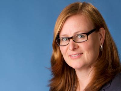 Portraitfoto vor blauem Hintergrund