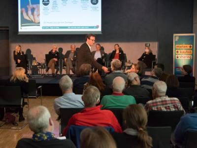 Menschen bei einer Diskussionsveranstaltung.