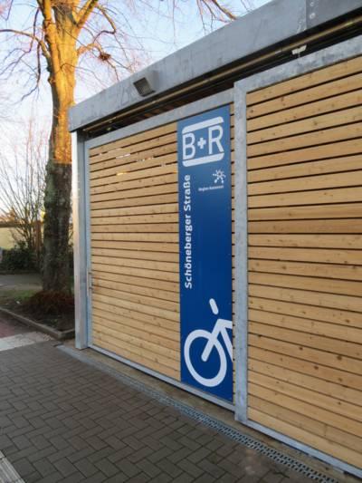 Eine mit Holz verkleidete Fahrradgarage