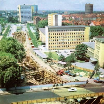 Eine von oben fotografierte Baustelle inmitten einer Straße