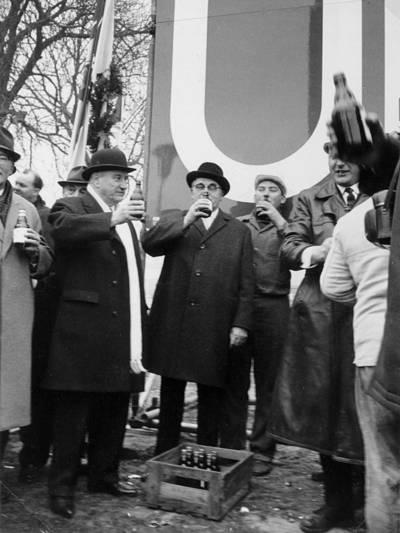 Ein Bier zum Baustart im Rahmen des Festaktes zum Beginn des U-Bahn-Baus am Waterlooplatz, Umtrunk mit Oberbürgermeister August Holweg (Mitte) und Ministerpräsident Dr. Georg Diederichs (links, weißer Schal).