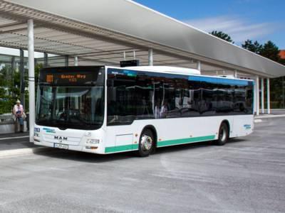 Ein Bus der Regiobus Hannover GmbH steht an einer Haltestelle.