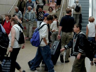 Reisende an einem Aufgang zum Gleis im Hauptbahnhof Hannover.