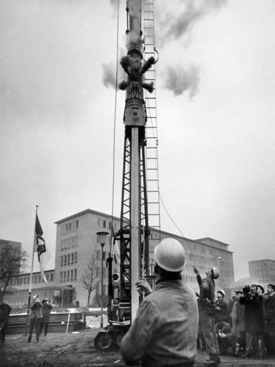Foto vom inszenierten, offiziellen ersten Rammschlag beim Baubeginn der U-Bahn am Waterlooplatz in Hannover (Lavesallee/Ecke Gustav-Bratke-Allee) am 16. November 1965