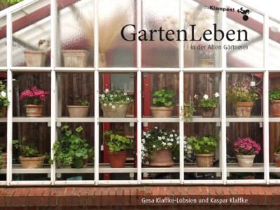 """Ein Buchtitel, das ein Gartenwohnhaus von außen zeigt. Zu sehen sind mehrere Blumentöpfe mit unterschiedlichen Pflanzen und """"zu Klampen Verlag"""", """"GartenLeben in der Alten Gärtnerei"""" sowie """"Gesa Klaffke-Lobsien und Kaspar Klaffke"""" ist auf den Titel gedruckt."""