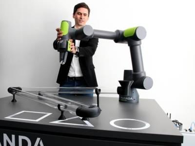 Ein Mann testet einen Roboter.