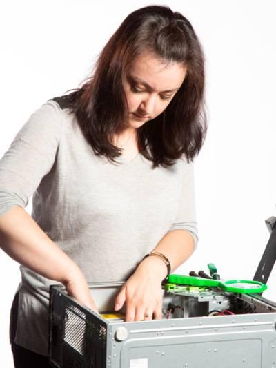Eien Frau arbeitet an einem PC.