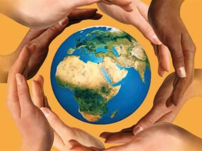Hände im Ring um die Weltkugel