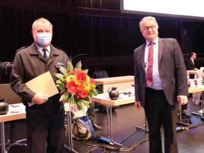 Regionspräsident Hauke Jagau (rechts) ernennt Detlef Hilgert für weitere sechs Jahre zum Leiter des Brandschutzabschnitts IV.