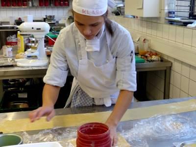 Eine junge Köchin bei der Arbeit