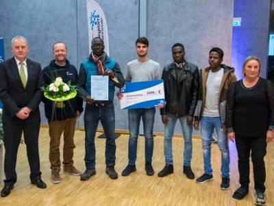 Gruppenfoto mit symbolischem Scheck über 3.000 Euro