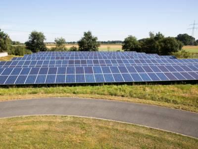 Photovoltaik-Anlage auf freiem Feld.