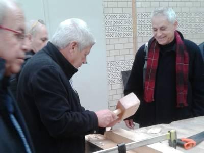 Landrat Moti Dotan arbeitet mit Werkzeug