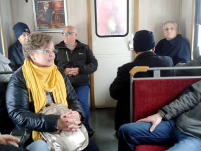 Menschen sitzen in einem Abteil der Brockenbahn.