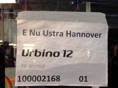 """Ein Weißer Zettel mit der Aufschrift """"E Nu Ustra Hannover"""" hinter einer Fahrzeugscheibe."""