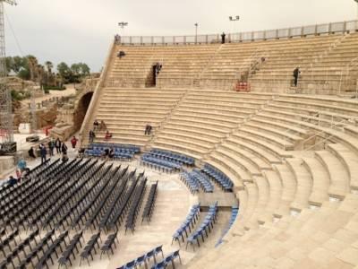 Stufenförmig angelegtes historisches Theater mit modernen Stühlen in der Mitte