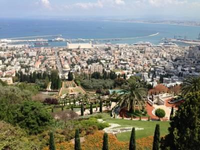 Blick vom Carmel-Berg über die Bahai-Gärten der Stadt Haifa aufs Meer