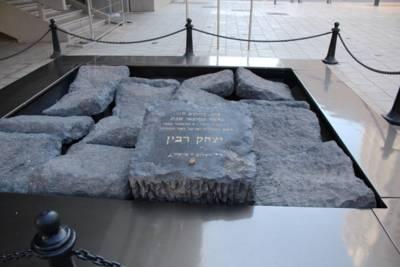 Großes graue Steinquader, einer ist etwas erhöht und mit einer Inschrift versehen