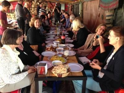 Eine Gruppe von Menschen in einem Beduinenzelt beim Essen