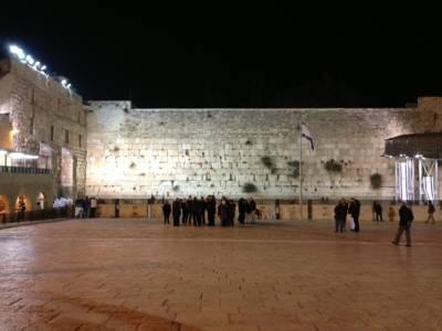 Die angestrahlte Klagemauer in Jerusalem