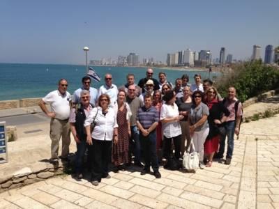 Eine Gruppe von Menschen vor der Skyline der Stadt Tel Aviv