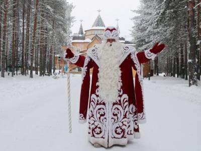 Verschneite Winterwaldlandschaft, im Vordergrund ein Mann mit rot-weißem Mantel, langem weißen Bart und einem Zepter in der Hand