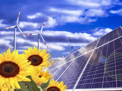 Sonnenblumen, Solarmodul, Windräder und Getreide vor einem wolkigen Himmel.