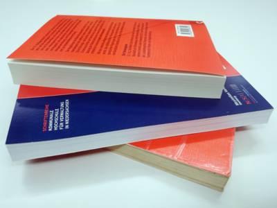 Drei Bücher liegen versetzt aufeinander
