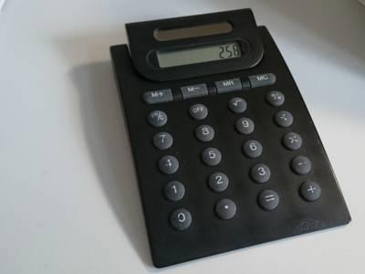 Angeschalteter Taschenrechner, auf der Anzeige erscheint eine dreistellige Zahl