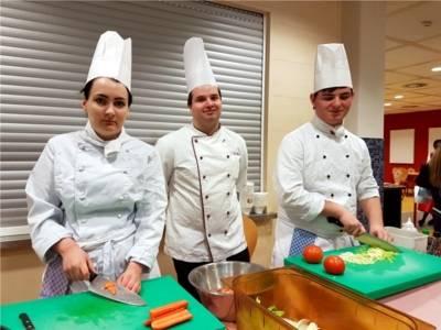 Ausbildung im Bereich Köchin oder Koch.
