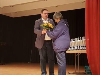 Bezirksbürgermeister Göbel bedankt sich bei Frau Barthel vom Verein für Kunstradsport.