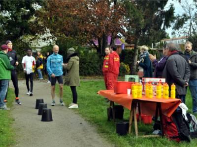 Nach jeweils 1,2 Kilometern erreichen die Aktiven den Laufkontrollpunkt neben dem Stadtteilbauernhof. 76 Läufer liefen zusammen 661 Runden rund um den Märchensee im Sahlkamp – einige von ihnen schafften mehr als 20 Runden.