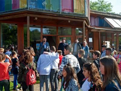 Schirmherr des Spendenlaufs und Bezirksbürgermeister Harry Grunenberg begrüßt die 450 Schüler der drei Schulen aus den Stadtteilen Vahrenheide, Sahlkamp und Bothfeld.